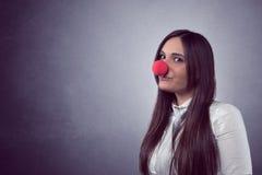 Blije vrouw met rode neus Stock Afbeelding