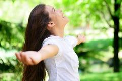 Blije Vrouw met Wapens Uitgestrekt in Park Stock Afbeelding