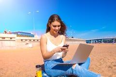 Blije vrouwenschrijver die toepassingen op smartphone gebruiken royalty-vrije stock afbeelding