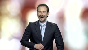 Blije zakenman op samenvatting vage achtergrond stock footage