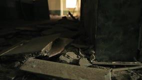 Blijft in een verlaten huis schuifschot stock video