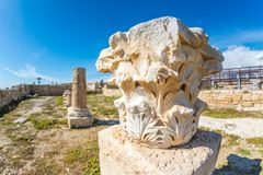 Blijft van antieke kolom bij de archeologische plaats van Kourion Het District van Cyprus, Limassol Royalty-vrije Stock Fotografie