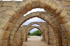 Blijft van archs in oude stad van Caesarea, Israël Stock Foto