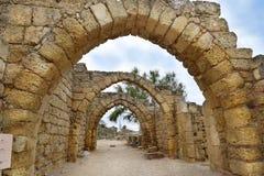 Blijft van archs in oude stad van Caesarea, Israël royalty-vrije stock fotografie
