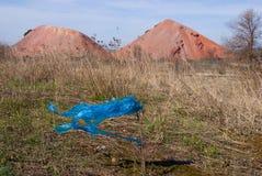Blijft van een blauwe plastic zak op een steel Royalty-vrije Stock Afbeelding