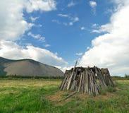 Blijft van een oude woning van Yakuts - balagan yurt Yakutia, Oymyakon, plaats taryn-Yuryakh stock foto's
