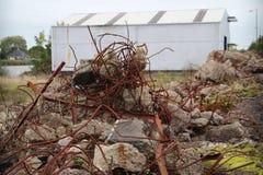Blijft van een vernietigde fabriek met delen van concreet en ruty ijzer stock afbeeldingen