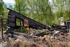 Blijft van gebrand onderaan huis Stock Afbeeldingen