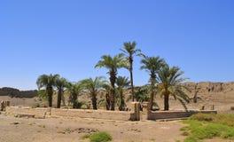 Blijft van heilig meer bij Egyptische tempel Stock Foto