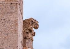 Blijft van het bovenste gedeelte van colunm in overblijfselen van Roman Temple in Petra Dichtbij Wadi Musa-stad in Jordanië stock fotografie