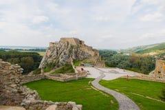 Blijft van het kasteel Devin in stad 2 van Bratislava Stock Afbeelding