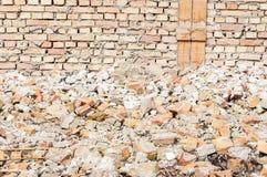 Blijft van orkaan of aardbevingsrampen totale schade bij geruïneerd oud huis of de bouw stock foto