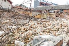 Blijft van orkaan of aardbevingsrampen totale schade bij geruïneerd oud huis of de bouw stock afbeelding