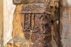 Blijft van oude steen exteriorwall met gegraveerde kalligrafie, naast het Mausoleum van al-Salih Nagm advertentie-DIN Ayyub, Kaïr royalty-vrije stock foto