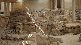 Blijft van regelingsbouw op uitgravingsplaats in Akrotiri op Santorini stock footage