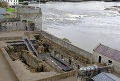 Blijvend muren en en bijgebouwen van historische Koningsjohn's Kasteel, Limerick, Ierland, 2014 Stock Foto's