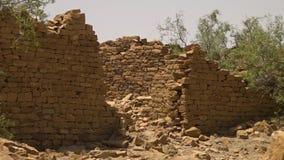 Blijvend ruïnes van een huis stock videobeelden