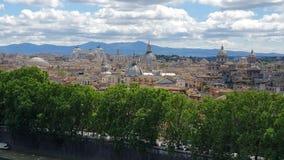 Blik in Centrale Cistina van Rome van Castel Sant 'Angelo Architectuur van Rome met bergen op de achtergrond stock video