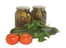 Blikken van komkommers stock afbeeldingen