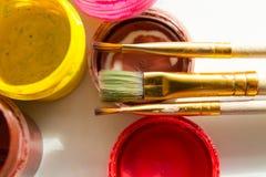 Blikken van verf en een borstel Stock Fotografie
