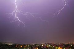 Bliksem in de regenhemel Stock Foto's
