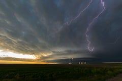 Bliksem in een supercellonweersbuien over noordoostelijk Colorado stock foto's