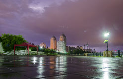 Bliksem en onweersbui in de stad Stock Afbeelding