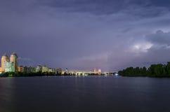 Bliksem en onweersbui in de stad Stock Fotografie