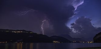 bliksem hevig onweer op de rivier van het comomeer royalty-vrije stock afbeeldingen