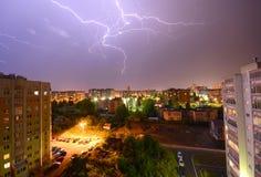 Bliksem over de stad Stock Afbeelding