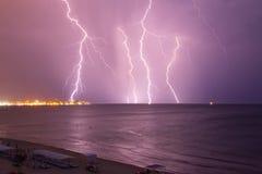 Bliksem over het overzees vóór het onweer stock foto