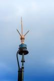 bliksemafleider (bliksemremhaak) tegen blauwe hemel stock afbeelding