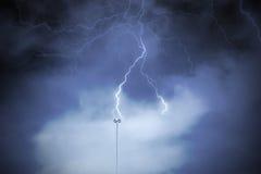 Bliksemafleider tegen een bewolkte donkere hemel stock foto