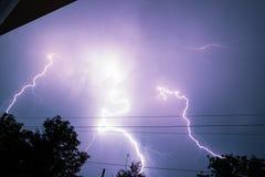 Blikseminslag over het huis en donkere stormachtige hemel op de achtergrond Stock Foto's