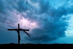 Bliksemonweer en het Kruis stock fotografie