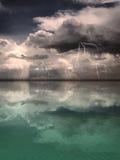 Bliksemonweer op een Kalme Overzees wordt weerspiegeld die Royalty-vrije Stock Afbeelding