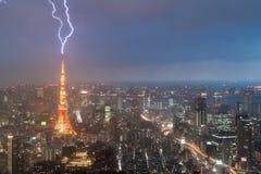 Bliksemonweer over de stad van Tokyo, Japan in nacht met blikseminslag royalty-vrije stock foto's
