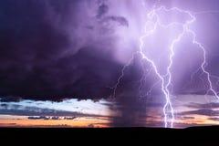 Bliksemstaking van een krachtig onweer bij zonsondergang royalty-vrije stock afbeeldingen