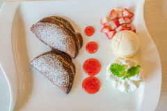 Blin i owoc z lody na stole zdjęcia stock