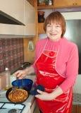 blin kulinarna dojrzała kobieta Zdjęcia Royalty Free