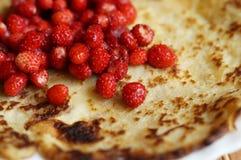 Blin z czerwoną świeżą dziką truskawką Fotografia Royalty Free