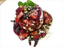 Blin z Nutella który dodaje więcej aromaty z mieszanymi jagodowymi kompotu i pistacji kruszkami, zdjęcie royalty free