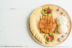 blin z waniliowym lody i owoc Zdjęcie Stock