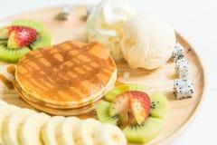 blin z waniliowym lody i owoc Obraz Royalty Free