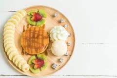 blin z waniliowym lody i owoc Zdjęcie Royalty Free