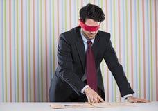 Blind- affärsman som läser tidningen Arkivbilder