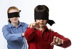 Blind, die Vorhänge führend Stockfoto