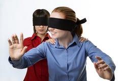 Blind, die Vorhänge führend Lizenzfreie Stockbilder