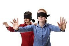 Blind, die Vorhänge führend Stockbild
