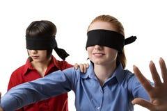 Blind, die Vorhänge führend Stockfotos